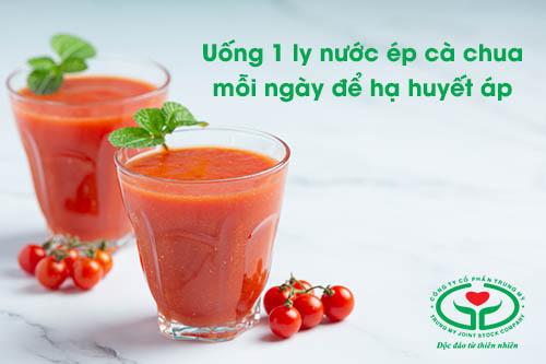 Huyết áp cao uống gì? – Hãy uống ngay 1 ly nước ép cà chua mỗi ngày
