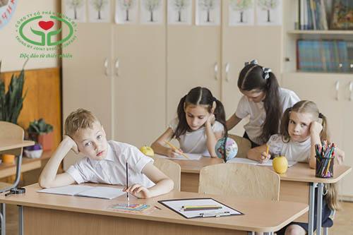 Trẻ vào lớp 1 không tập trung thường dễ bị phân tâm khi nghe giảng